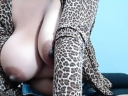 Latina with butt and huge breasts makes her audiences diffi