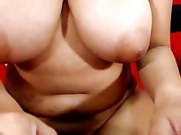 Linda latina de enormes tetas se masturba con hitachi
