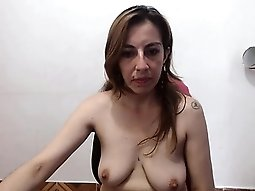 Sexy amateur babe puts her saggy boobs on full display on t